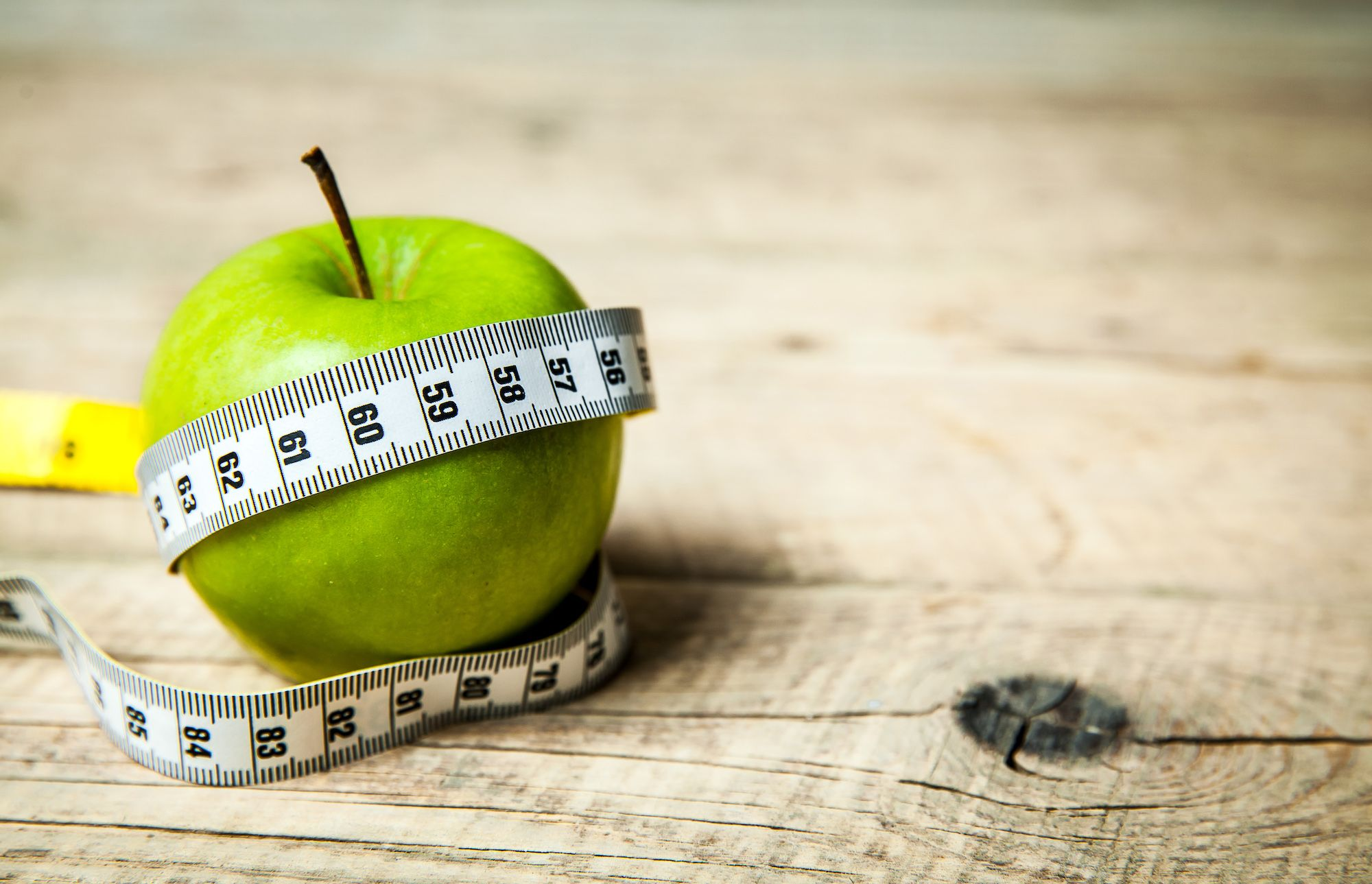 healthy eating during a cutting phase with an apple